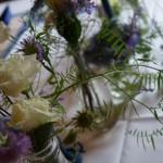 Tischschmuck in flieder-blau-weiß